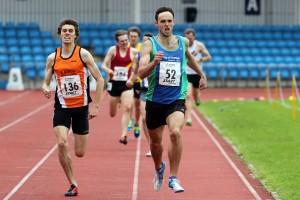 Luke Minns (136) & David Dempsey (52) battle to the line in the senior men's 800m